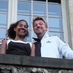 Ariane und Wowo von den Butler grüßen vom Balkon des deutsch-französischen Jungedwerks in Mitte.